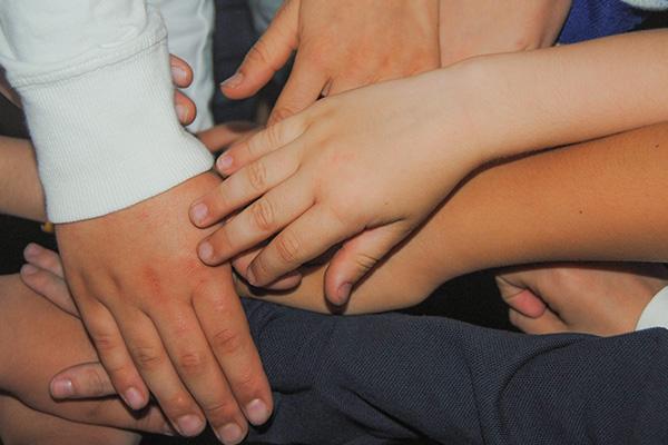 foto manos de niños juntas