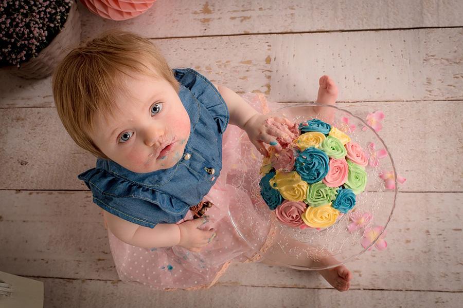 niña comiendo tarta
