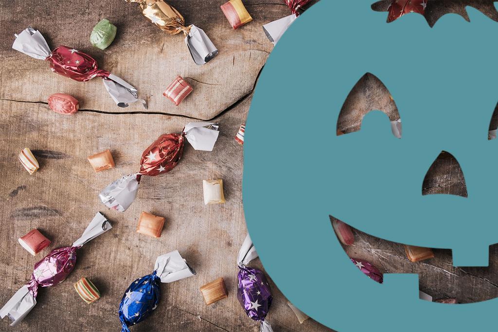 Seguridad, inclusión y respeto a las personas que conviven con la alergia alimentaria mostrando una calabaza azul y repartiendo sorpresas no comestibles a los niños que hagan truco o trato.